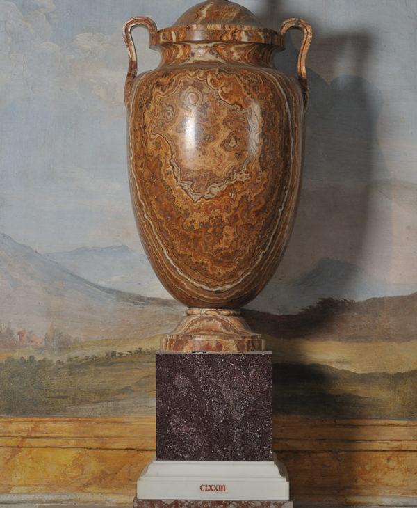 Amphora of alabaster