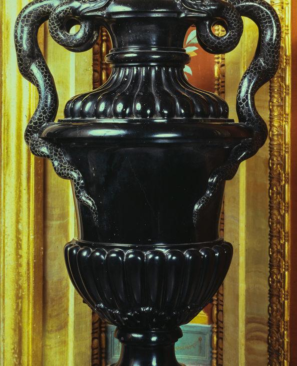 Anfora in nero antico con manici in forma di serpenti annodati