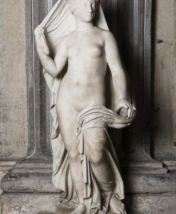 Statua di Afrodite con testa moderna di Artemide